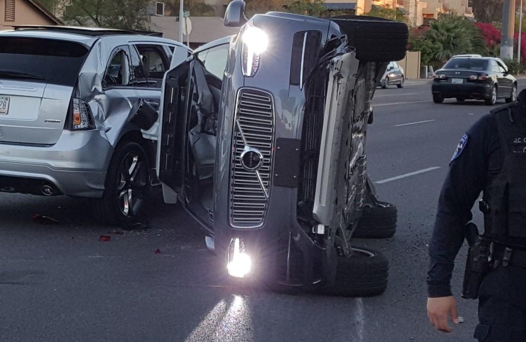 Uber приостанавливает тесты робомобилей после аварии - 1