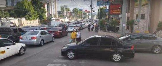 Прошлись по капоту: как пешеходы наказали автохама. Видео