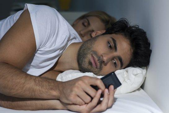 Ученые рассказали, почему в постели нельзя заряжать телефон