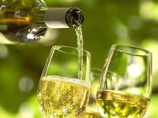 Ученые рассказали, почему женщинам не желательно пить белое вино
