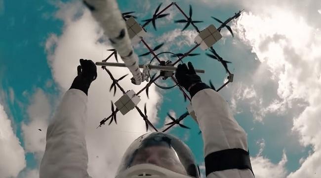 В Латвии совершен первый в истории прыжок с парашютом с дрона