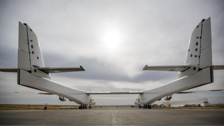 Самолёт Stratolaunch впервые вывели из ангара на собственных колёсах