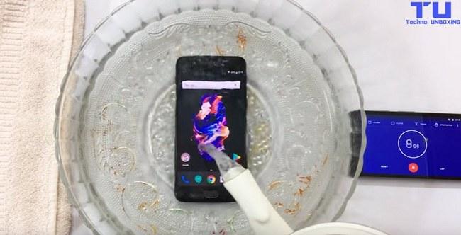Тесты указывают, что OnePlus 5 имеет класс защиты IP67, но производитель не рекламировал водонепроницаемость смартфона