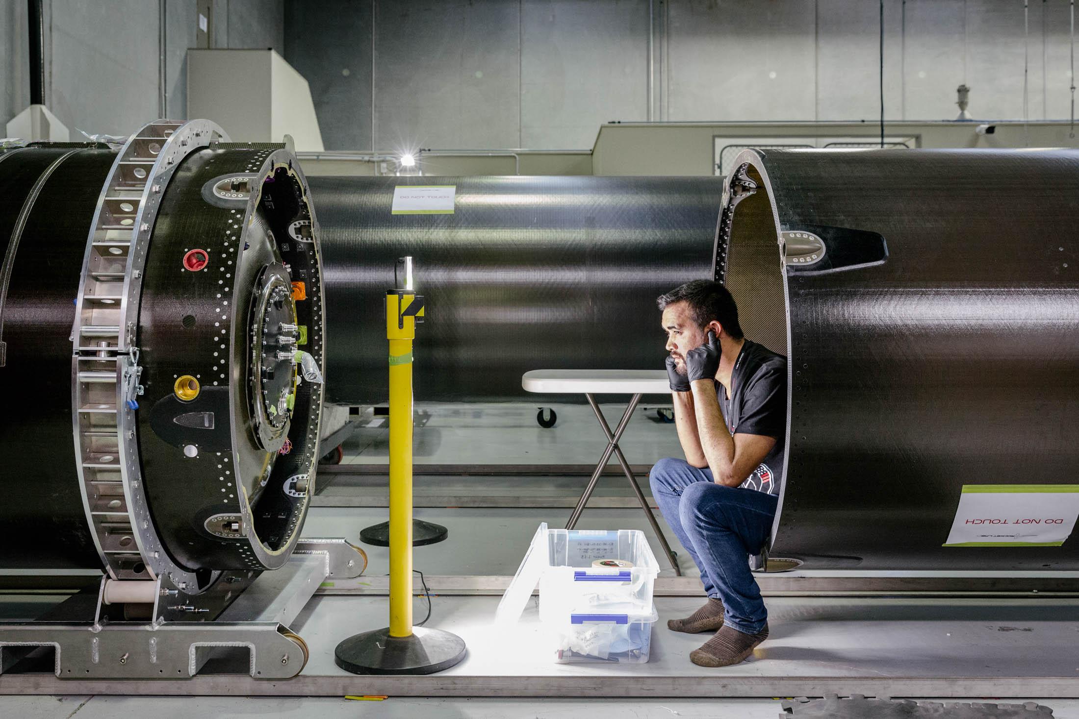 Новозеландец сделал дешёвую ракету из углеволокна и будет запускать мини-спутники - 4