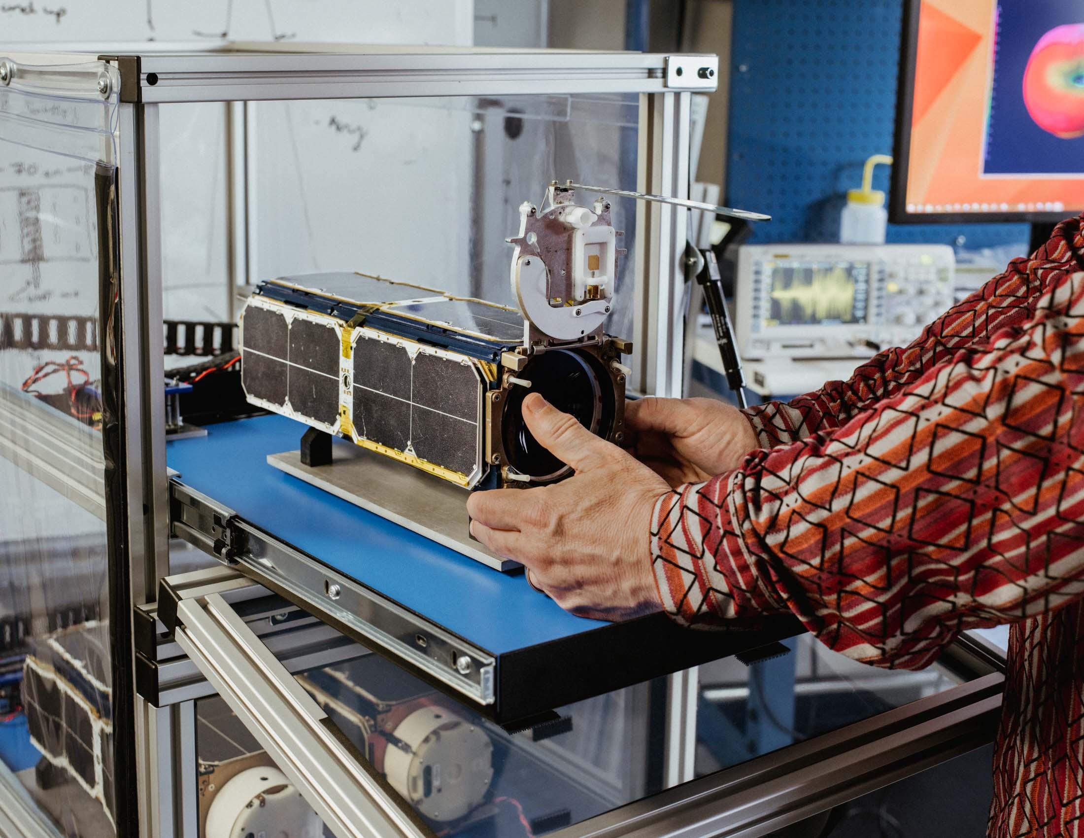 Новозеландец сделал дешёвую ракету из углеволокна и будет запускать мини-спутники - 7