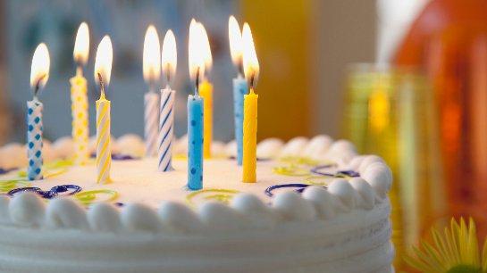 Задувать свечи на торте опасно