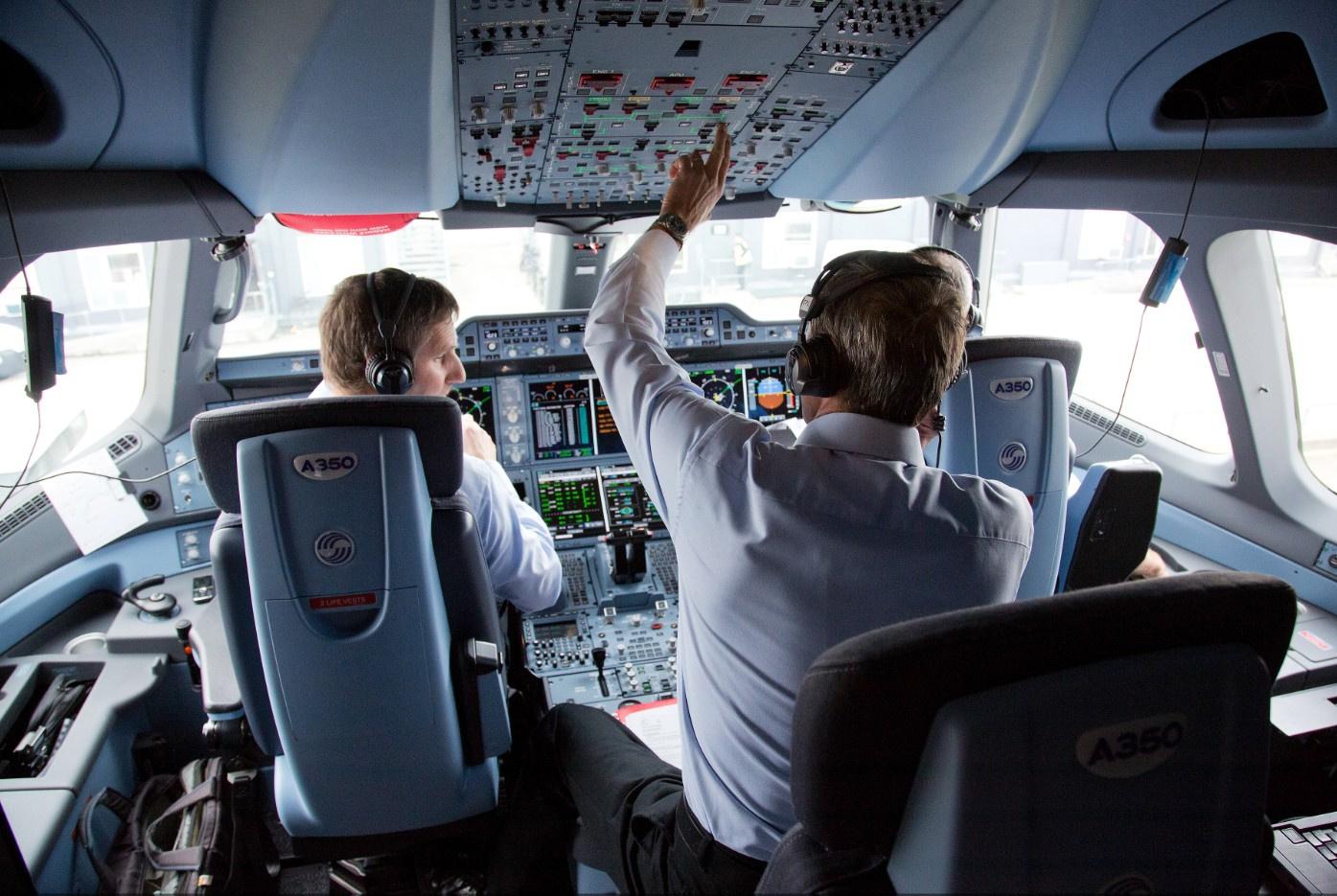 54% пассажиров откажутся лететь на самолёте без человека за штурвалом - 1