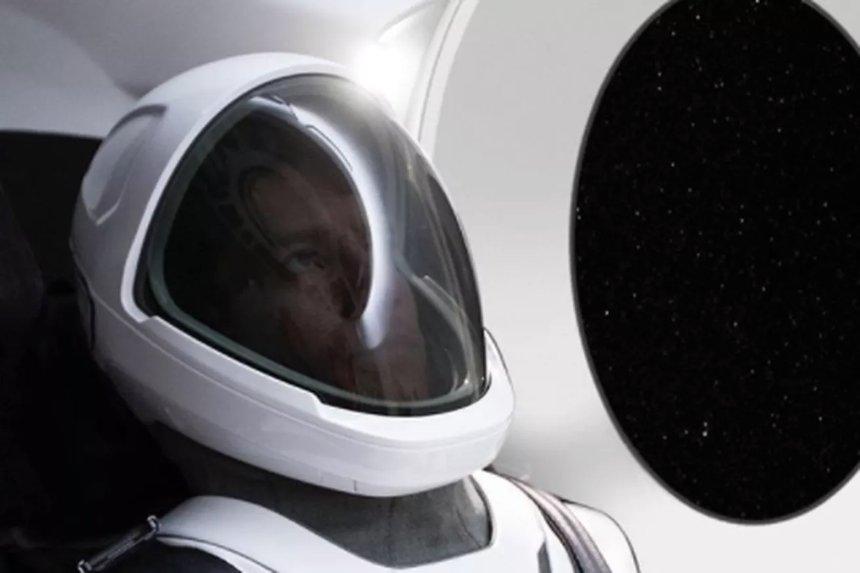 Илон Маск показал первую официальную фотографию космического костюма SpaceX