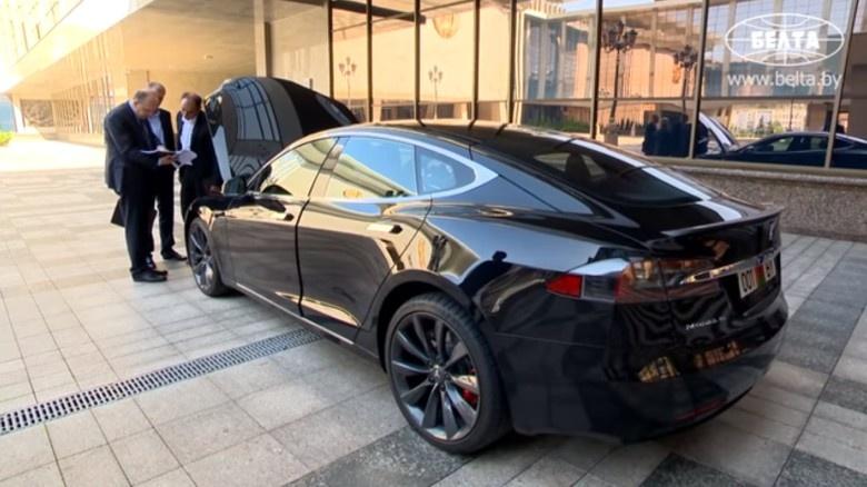 Лукашенко протестировал Tesla Model S и распорядился создать электромобиль по этому образцу - 1