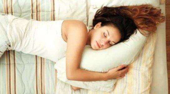 Ученые рассказали, чем полезен сон на боку