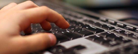 Личное пространство: мужчину могли уволить за переписку в Сети на рабочем месте