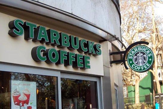 Starbucks обновляет свои беспроводные зарядные устройства для поддержки iPhone X и iPhone 8