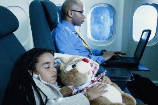 Ученые рекомендуют не спать на борту самолета