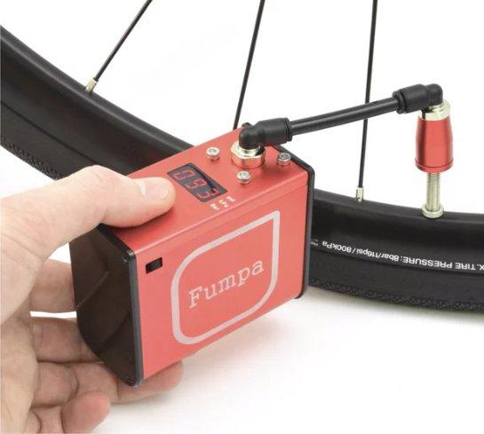 Электрический велосипедный насос miniFumpa можно носить в кармане