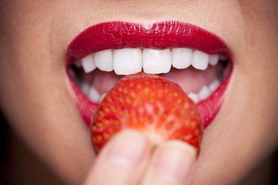 Ученые рассказали, какими природными веществами можно отбеливать зубы