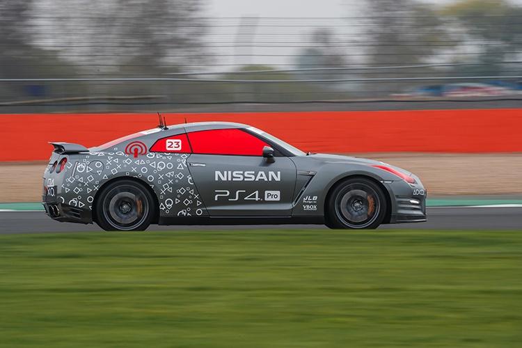 Автомобиль Nissan GT-R /C, который управлялся геймпадом PlayStation 4, разогнался до 211 км/ч