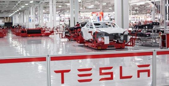 Компанию Tesla обвиняют в преследованиях ЛГБТ