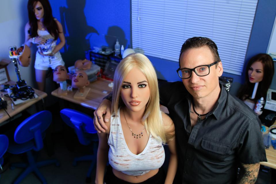 «Harmony в отличном настроении». Интервью с создателем RealDoll и его секс-роботом (ВИДЕО) - 1