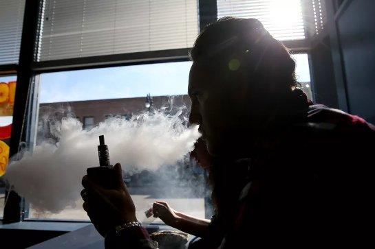 Никотин в электронных сигаретах превращает подростков в обычных курильщиков