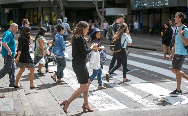 В США пешеходов, смотрящих на смартфоны, начнут штрафовать