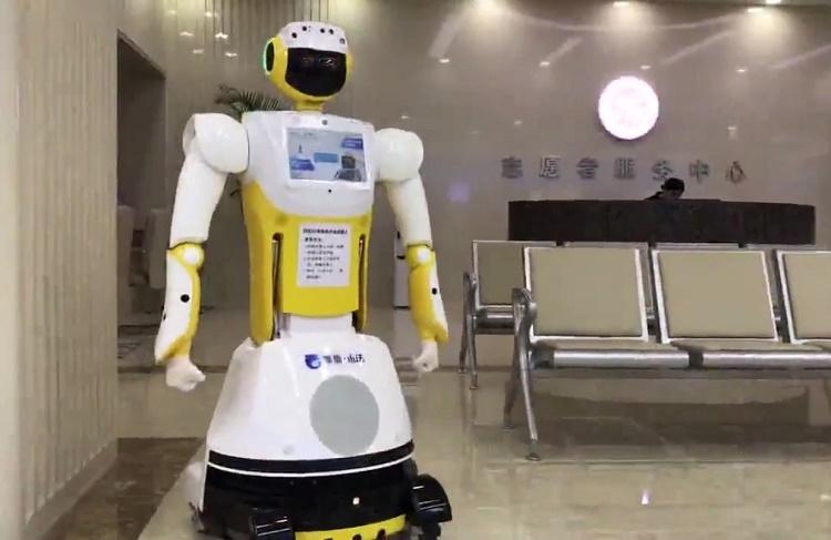 Специальный вариант робота Sanbot King Kong помогает посетителям