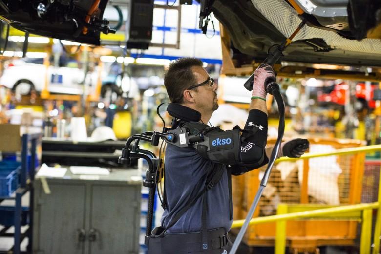 Ford испытывает новый экзоскелет для работы с поднятыми руками над головой - 1