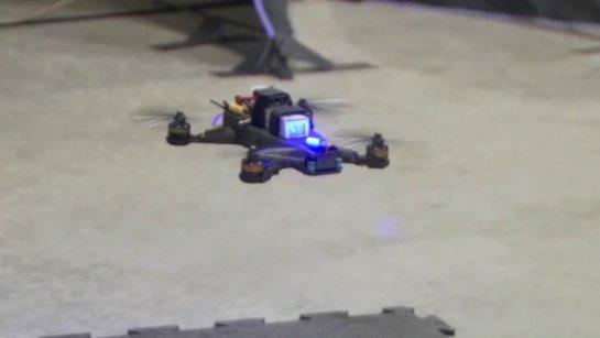 Человек-пилот удерживал автономные гоночные дроны НАСА