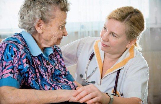 Женщины с болезнью Паркинсона часто остаются без должного ухода
