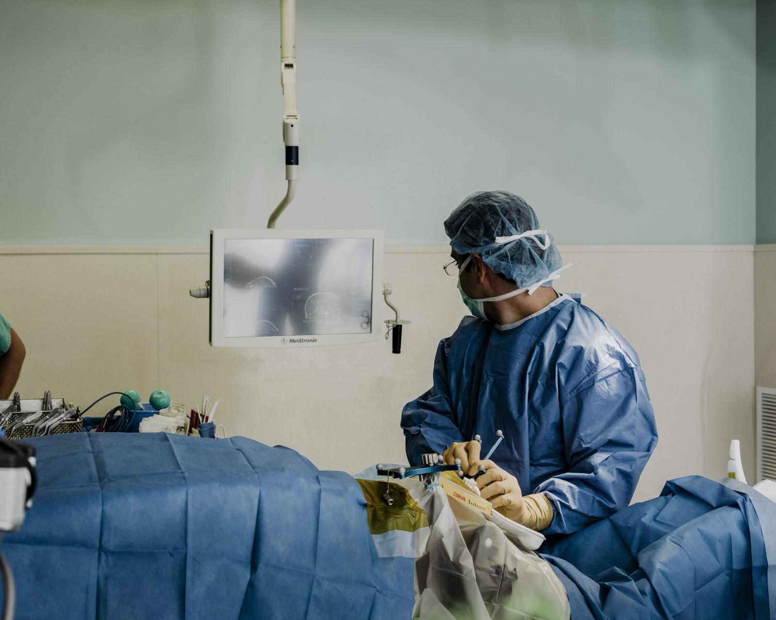 Хирург, собирающийся подключить вас к интернету через мозговой имплантат - 10