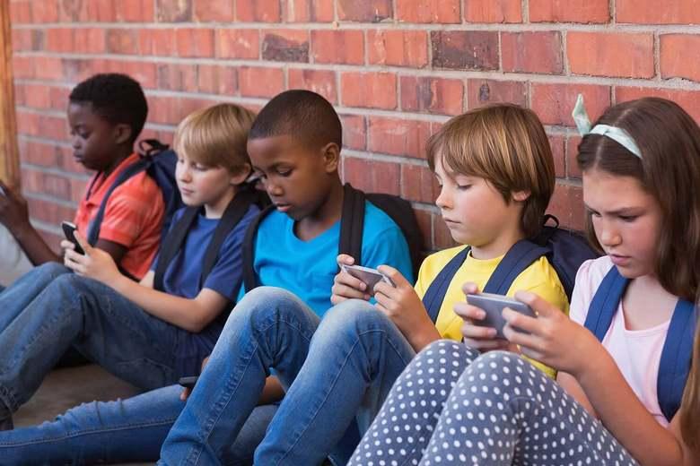 Французские школьники со следующего года не смогут использовать телефоны в учебных заведениях