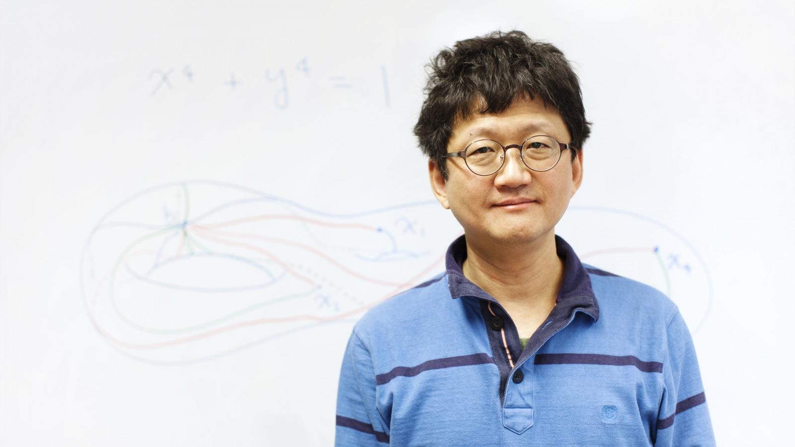 Раскрыта тайная связь чистой математики и физики - 1