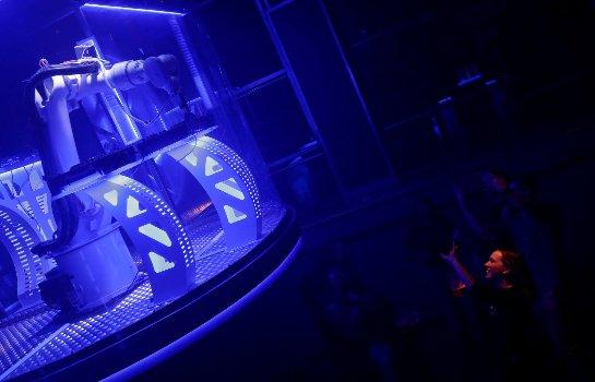 В Праге робот работает диджеем