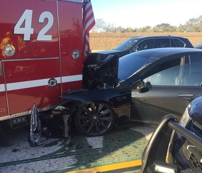 Tesla Model S попала в ДТП из-за ошибки «автопилота»