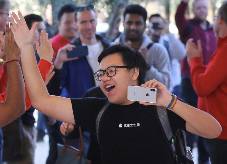 iPhone X — первый смартфон Apple, оснащенный дисплеем OLED