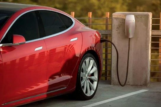 Tesla предоставит бесплатные зарядные станции служебным автостоянкам