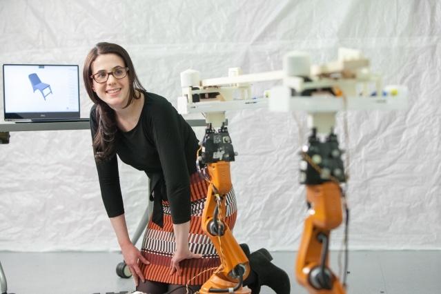 Несколько маленьких роботов вырезают мебель по компьютерному макету - 2