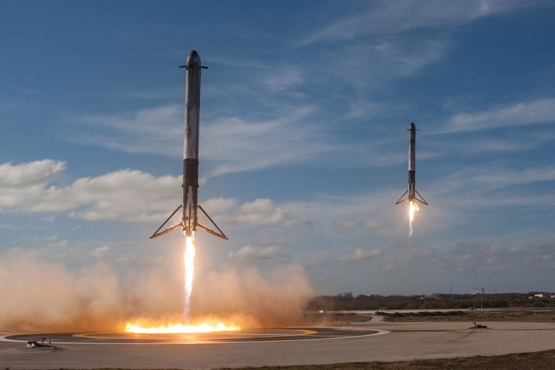 SpaceX показала на видео крушение центрального ускорителя Falcon Heavy