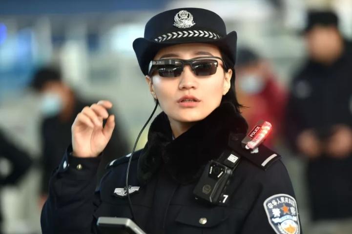 Полиция Пекина выслеживают преступников посредством умных очков