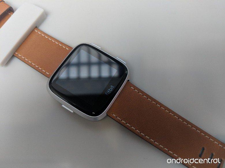 Представлены умные часы Fitbit Versa, которые в некоторых аспектах даже лучше, чем модель Ionic - 2