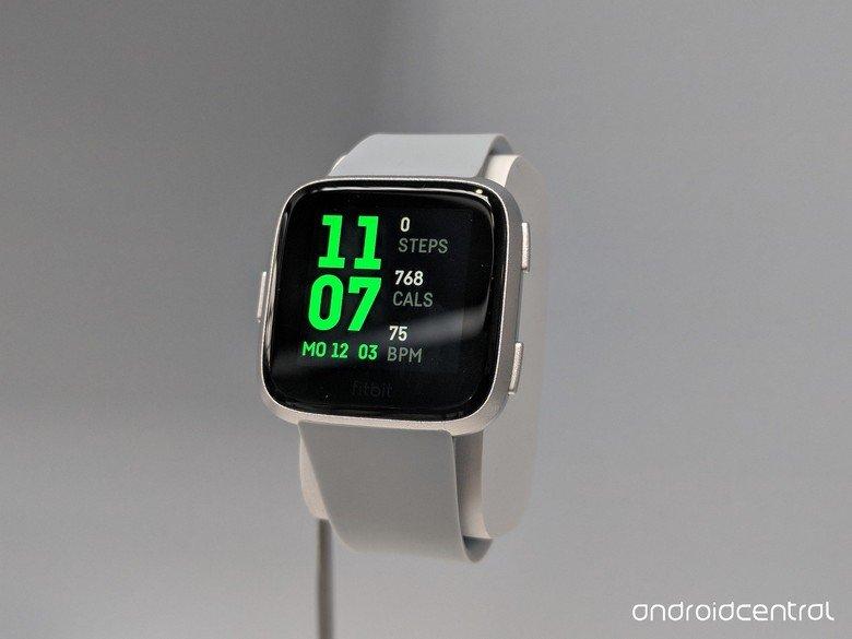 Представлены умные часы Fitbit Versa, которые в некоторых аспектах даже лучше, чем модель Ionic - 3