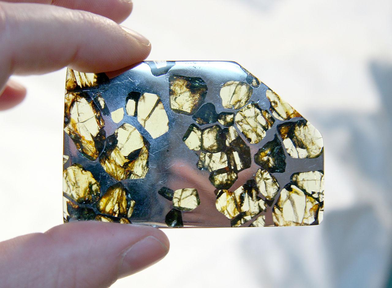 Российские ученые обследовали редкий метеорит класса палласитов - 2