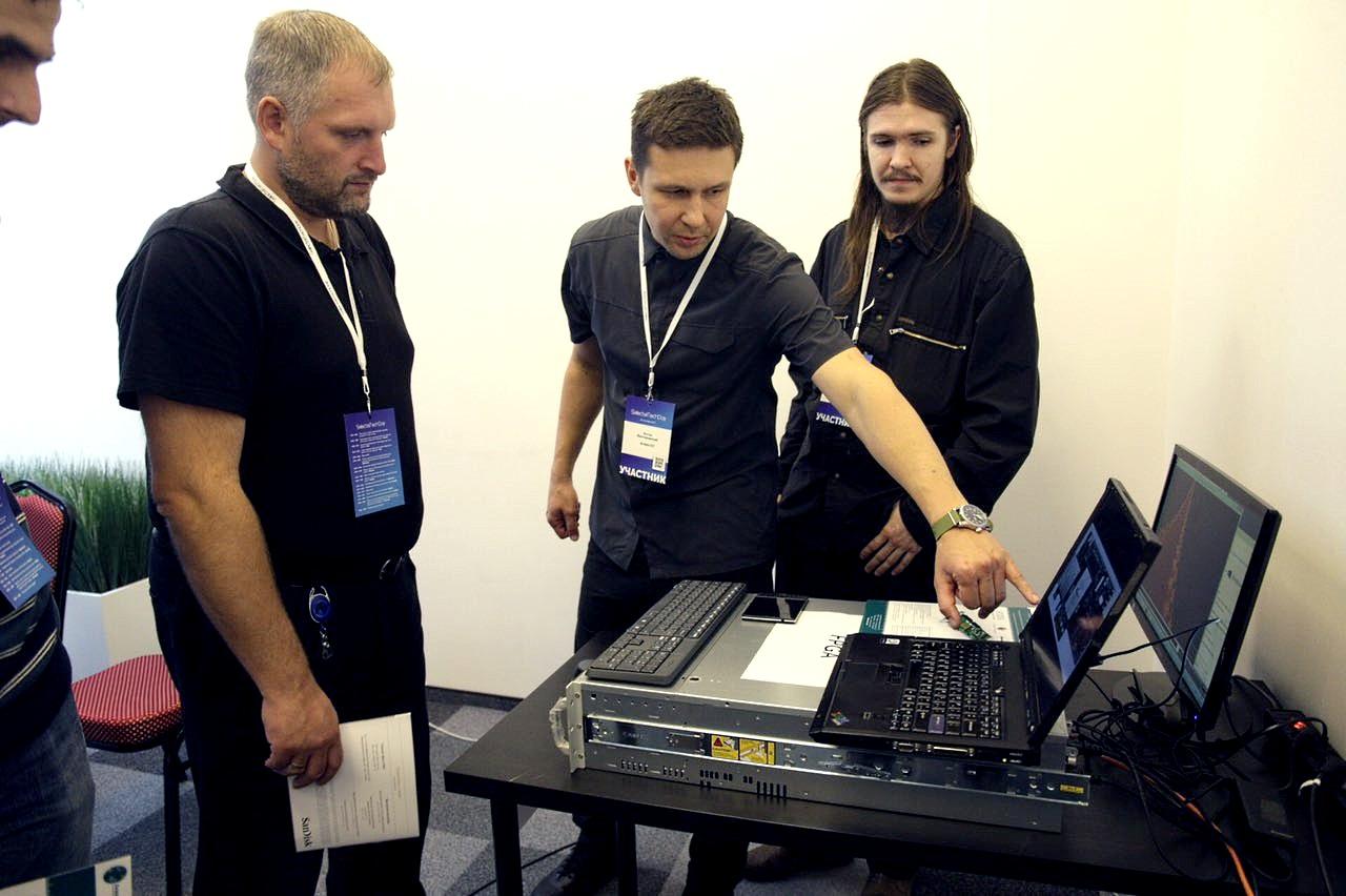 Демонстрация сервера с FPGA-ускорителем на конференции SelectelTechDay #2, в центре - Антон Висто, представитель ООО «Алмаз-СП»