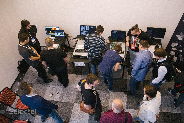 Демо-зона аппаратных новинок на SelectelTechDay #2. Первый слева - FPGA-сервер от «Алмаз-СП»