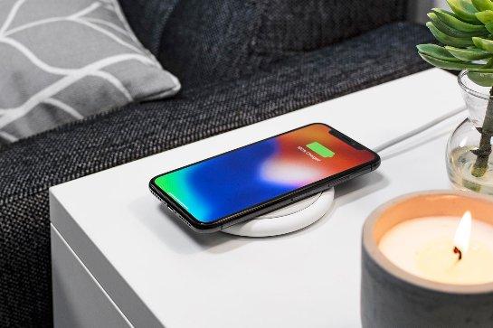 Mophie pad предлагает быструю беспроводную зарядку для телефонов Apple и Samsung