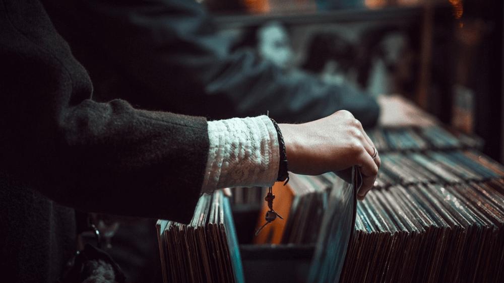 Звездный винил: кто из знаменитостей предпочитает пластинки другим музыкальным носителям - 1