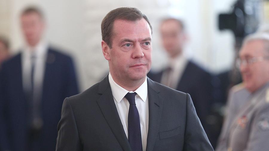 Медведев предложил запретить покупку американских товаров - 2