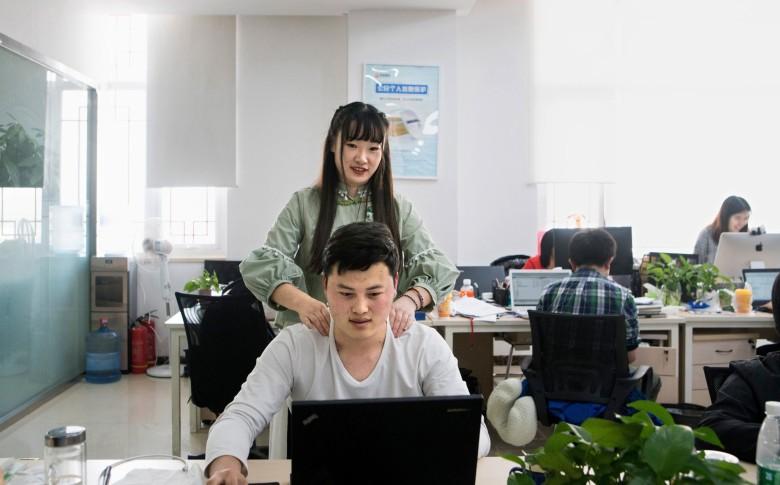 В офисы IT-компаний берут симпатичных девушек для мотивации программистов и снятия стресса - 1