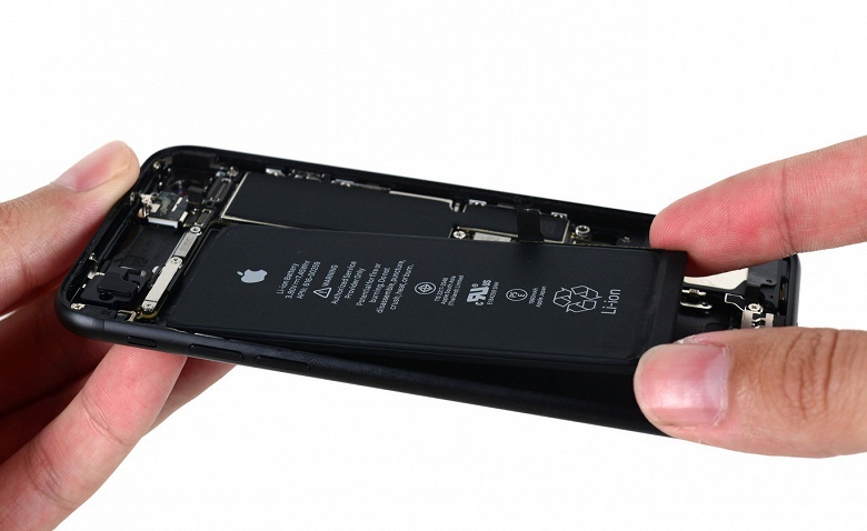 Apple не выполняет обещание заменять аккумуляторы в смартфонах iPhone