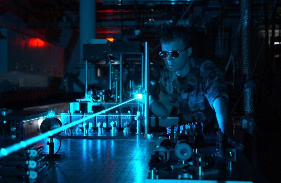 Спросите Итана: может ли лазер в самом деле разорвать пустое пространство? - 1