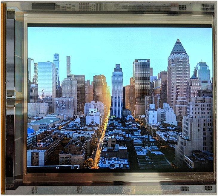 Экран для гарнитур VR диагональю 4,3 дюйма разрешением 4800 x 3840 пикселей